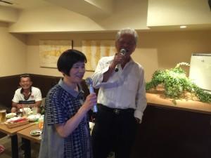 平成28年6月4日に開催の関東安陵会総会後の26回卒同期の二次会でのデュエット写真-2。