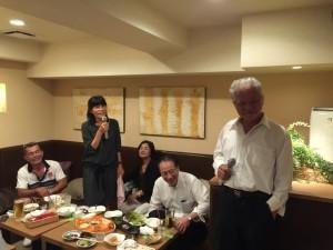 平成28年6月4日に開催の関東安陵会総会後の26回卒同期の二次会でのデュエット写真-1。